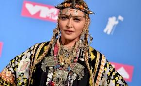Nyolc perces Madonna klip: buli, fegyverek, vér