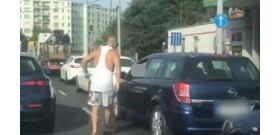 A dugóban kifőtt sofőr őrült fenyegetőzése állatias élmény – videó