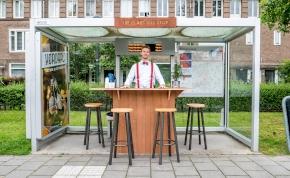 Első osztályú kiszolgálás egy buszmegállóban – így is lehet várni
