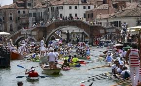 Velence legyőzte a pestist: hajóhidakon sétálhatunk a fesztiválon
