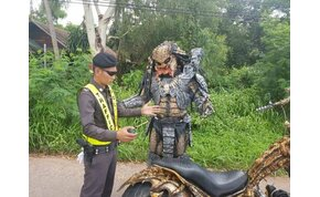 Predator jelmezben riogat egy motoros az utakon – videó