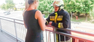 Létrán mászott fel az erkélyre a tűzoltó, hogy megkérje barátnője kezét – videó