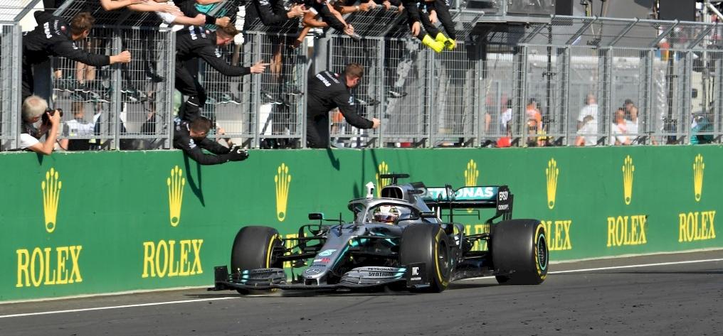 Verstappen vezetett, majd Hamilton ott termett és megnyerte a Magyar Nagydíjat – galéria