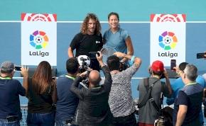 A Barca-ikon átsétált egy plexifalon, véresen fotózkodott