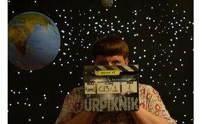 Egy űrlény és egy egyetemista lány a budapesti éjszakában – videó