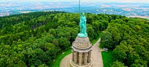 Mi ez a gigantikus szobor Németország közepén?