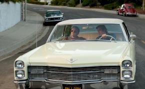 Milyen autóval csajozik Brad Pitt?