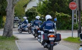 Kő-papír-olló: így szórakoztatják egymást a motorozó rendőrök – videó