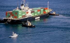 4000 kocsival a gyomrában borult fel egy óriáshajó – videó