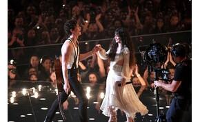 Shawn Mendes megmutatja, hogyan csókolózik Camila Cabello-val
