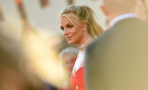 Britney Spears egy falatnyi bikiniben piheni ki a mindennapok fáradalmait