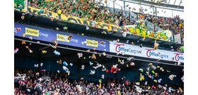 Holland szurkolók plüssjátékokkal árasztották el a beteg gyerekeket