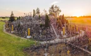 A halál hegye: a domb, ahol több mint 100 ezer kereszt hirdeti az örökkévalóságot