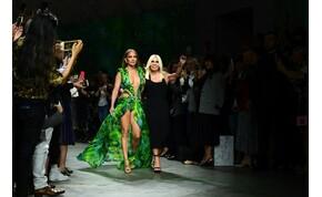 Jennifer Lopez felvette azt az ikonikus ruhát, amiért létrejött a Google képkeresője – galéria