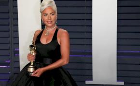 Így esett el Lady Gaga egy rá váró autó mellett – videó