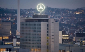 Több mint 300 milliárd forintos büntetést kap a Mercedes anyacége