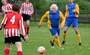 A 83 éves focista új csapatot keres, közben a hátsó kertjében edz