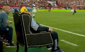 Királyi trónon ülve döngölte földbe egykori csapatát Diego Maradona – videó