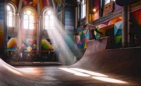 Száz éves katolikus templomból pszichedelikus gördeszkapálya – fotó