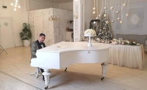 Kis Grófo karácsonyi dalában mutatta meg először kislányát – videó