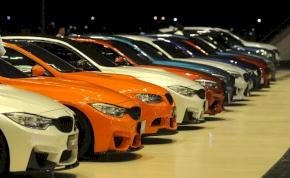 A BMW szembemegy a Teslával és a Volkswagennel