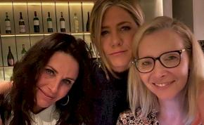 Jóbarátok: Jennifer Aniston csajos fotókat tett közzé – mutatjuk