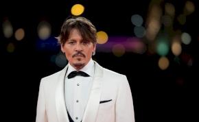 Háborús fotósnak állt a megőszült, szakállas Johnny Depp