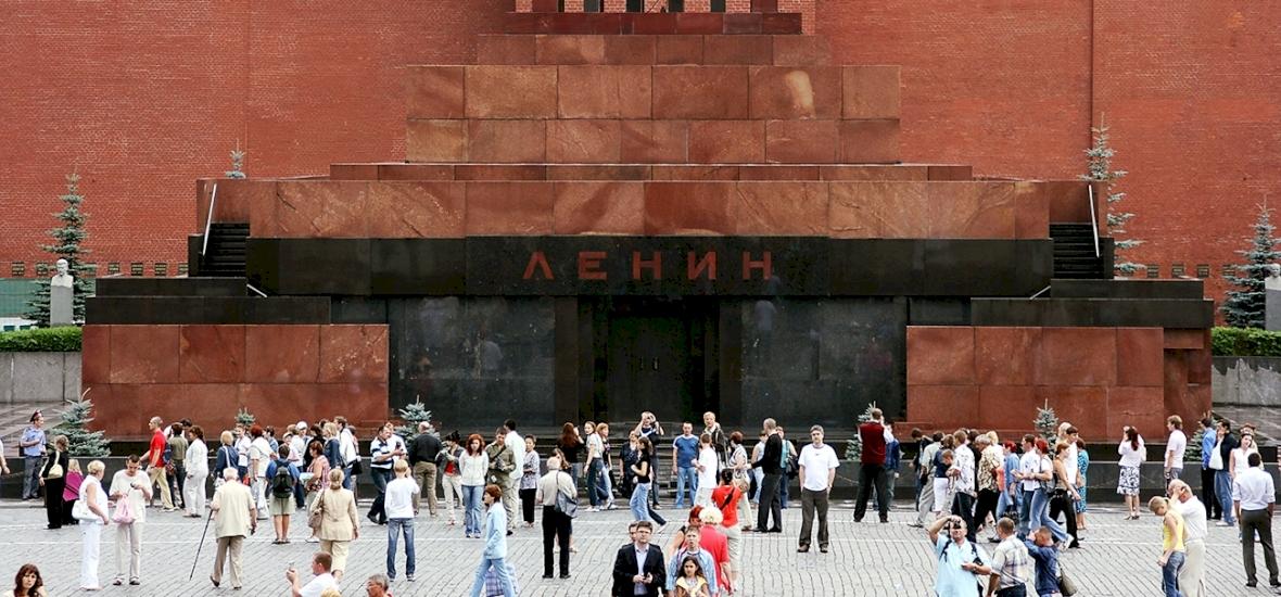 Lenint soha nem temették el a föld alá, teste ma is látható egy üvegkoporsóban – videó