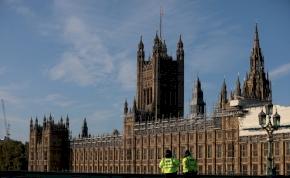 Egy róka látogatta meg a brit parlamentet, és ajándékot is hagyott
