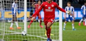 Cipőkötéssel terelte el védője figyelmét a csatár, majd gólt lőtt