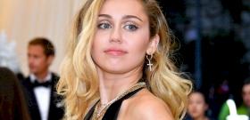 Miley Cyrus kiposztolta a mellbimbóját – fotó