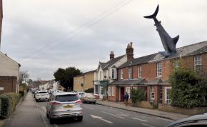 Nagyon szomorú dolognak állít emléket a háztetőbe fúródott cápaszobor – fotó