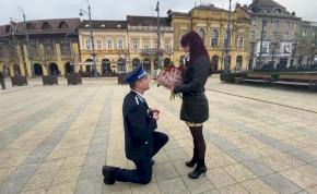 Egy rendőr romantikus lánykérése Debrecenben – videó