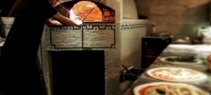 Kásás Tamás ingyen pizzával segíti a budapesti kórházak dolgozóit