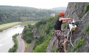 A férfi, aki elment hegyet mászni, hogy aztán függőlegesen lógva kivasaljon egy inget – videó