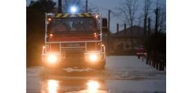 Őrület: nem akarta elengedni a Skodás a tűzoltóautót – videó