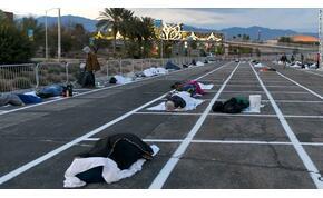 Éjjeli melegedő helyett egy parkoló kellős közepére tették a hajléktalanokat a járvány miatt