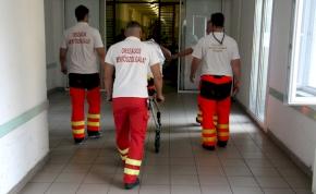 Kézfogás helyett: így köszönnek egymásnak a mentősök