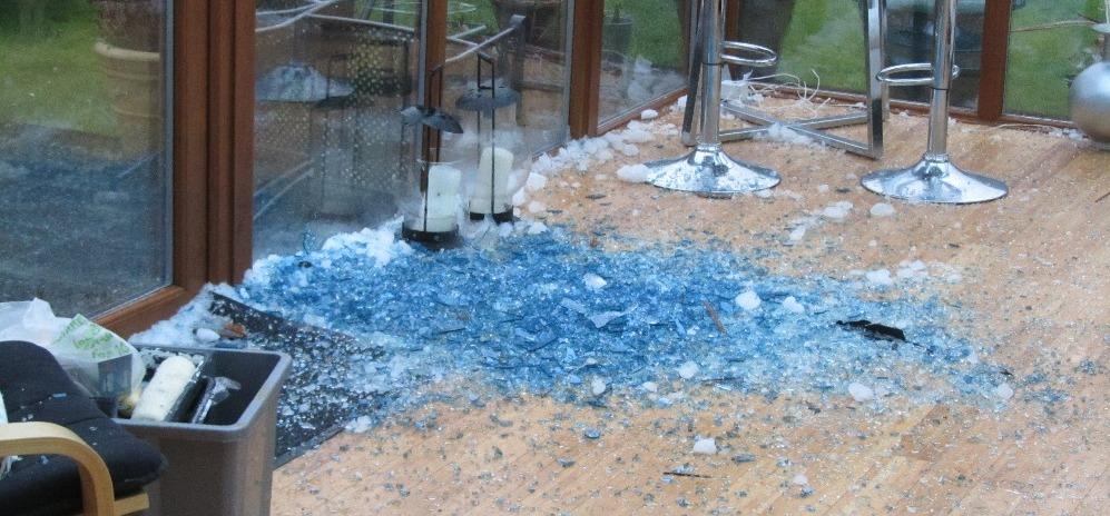 Jégszerű kék anyag zuhant egy házra, mikor kiderült, hogy mi az, mindenki lesokkolt