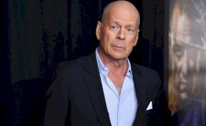 Bruce Willis szinte teljesen kopaszra nyírta a lányát a karanténban – videó