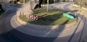 Részeg sofőr autójával repült világgá a körforgalomnál – videó