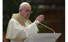 A whiskyvel és a szenteltvízzel vicceskedett Ferenc pápa