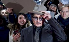 Az Insta-regisztáció után egy rockzenésszel állt össze Johnny Depp