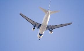 Félelmetes: az autópálya közepén landolt egy repülőgép – videó