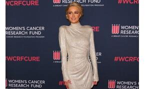 Paris Hilton félmeztelenül köszöntette a Földet - fotó