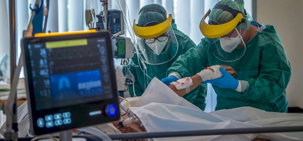 Koronavírus: tízen meghaltak és 2500-ra emelkedett a fertőzöttek száma