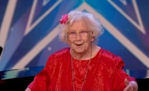 Egy 96 éves, Alzheimer-kóros néni éneke hódította meg az emberek szívét – videó