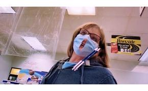 Lyukat vágott szájmaszkjára a nő, hogy jobban tudjon lélegezni