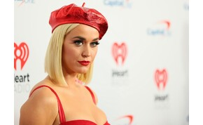 A várandós Katy Perry anyaszült meztelenre vetkőzött az új klipjében