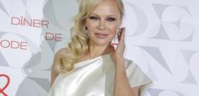 Pamela Anderson továbbra is hordja a Baywatch-ruhát